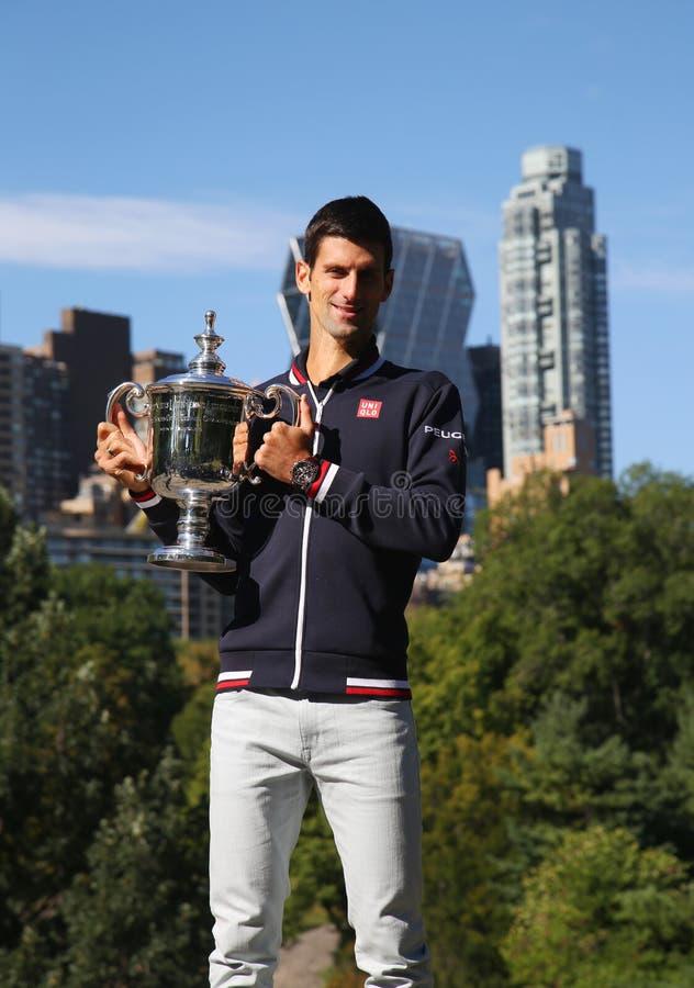 Campeão Novak Djokovic do grand slam de dez vezes que levanta no Central Park com troféu do campeonato fotografia de stock