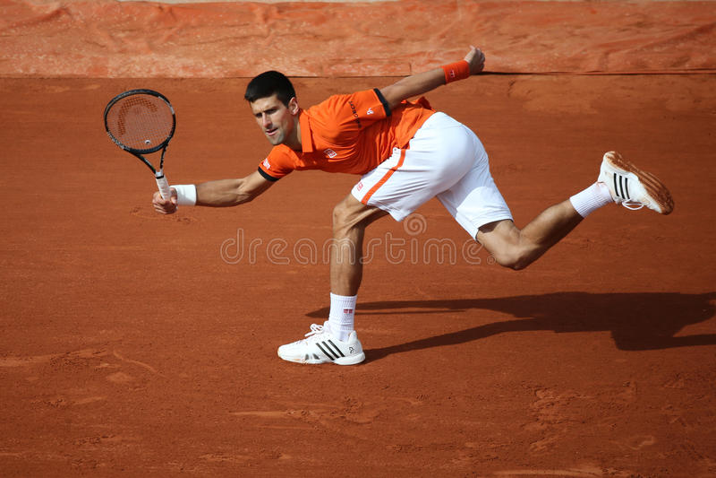 Campeão Novak Djokovic do grand slam de oito vezes durante o segundo fósforo do círculo em Roland Garros 2015 fotos de stock royalty free