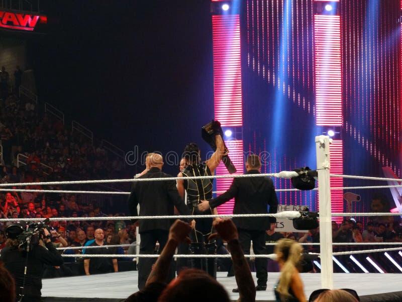 Campeão novo Seth Rollins de WWE cercado pela segurança de J e de J ho fotografia de stock royalty free
