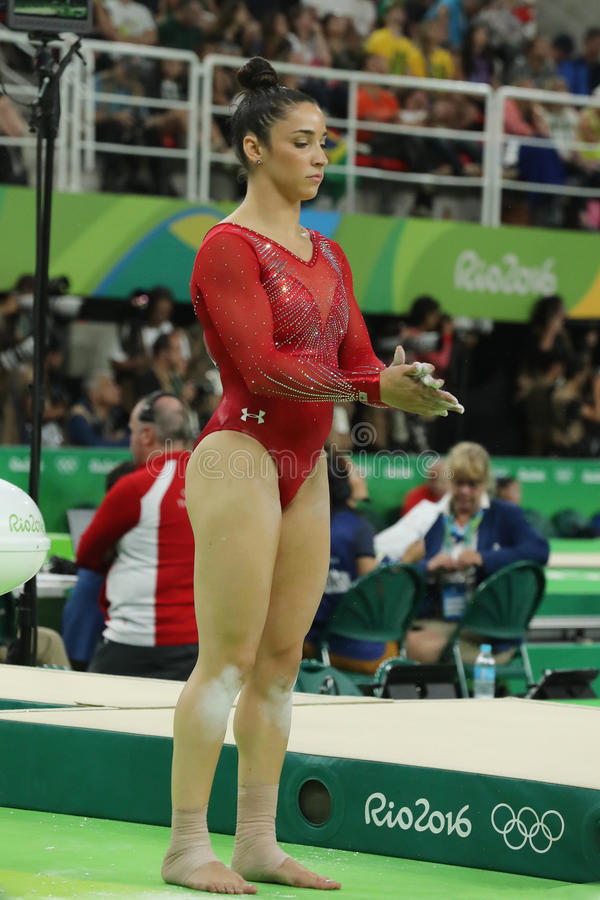 Campeão olímpico Aly Raisman do Estados Unidos que compete no feixe de equilíbrio na ginástica total do ` s das mulheres no Rio 2 foto de stock
