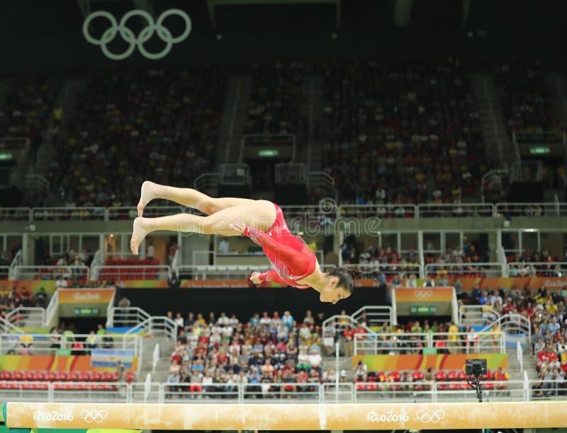 Campeão olímpico Aly Raisman do Estados Unidos que compete no feixe de equilíbrio na ginástica total do ` s das mulheres no Rio 2 imagem de stock royalty free