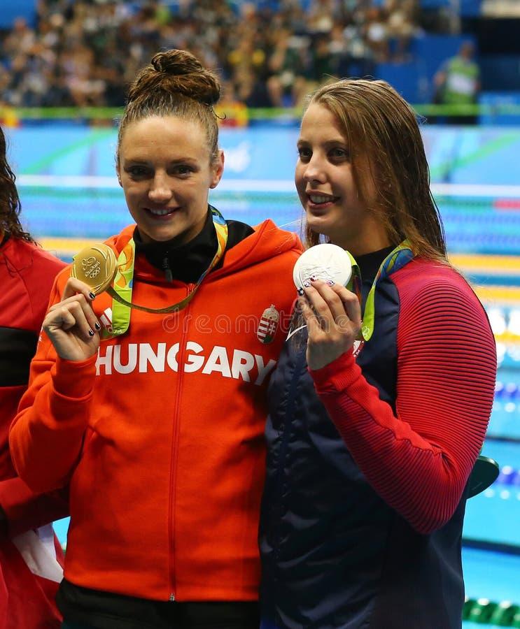 Campeão olímpico Katinka Hosszu de Hungria L e medalheiro Kathleen Baker dos EUA durante a cerimônia da medalha fotografia de stock