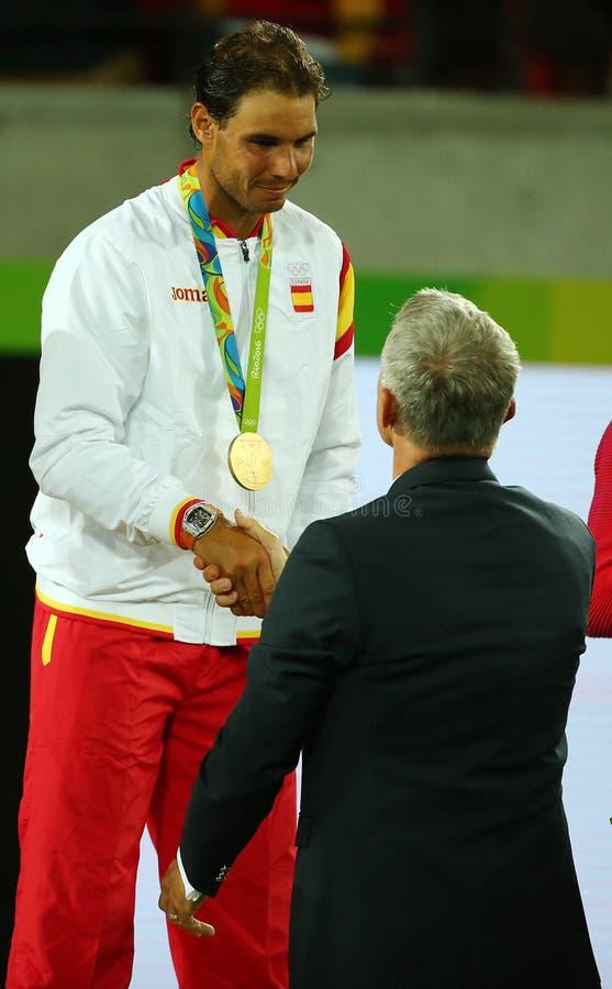 Campeão olímpico Rafael Nadal da Espanha durante a cerimônia da medalha após a vitória no final dos dobros dos homens do Rio 2016 imagens de stock royalty free