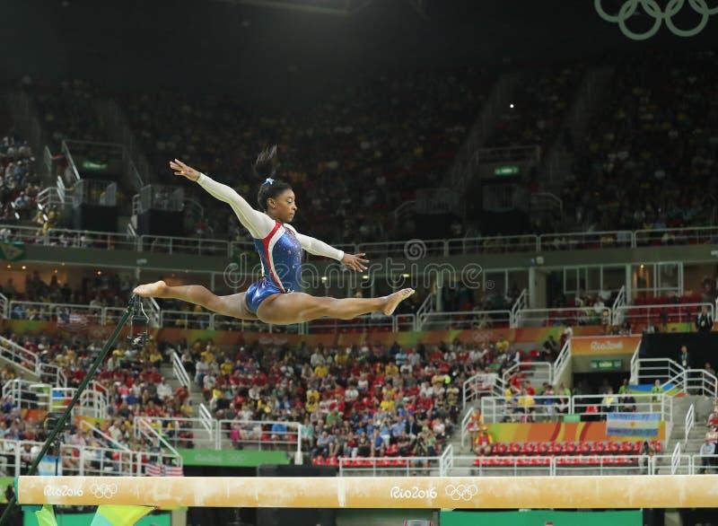 Campeão olímpico Simone Biles do Estados Unidos que compete no feixe de equilíbrio na ginástica total das mulheres no Rio 2016 imagens de stock royalty free