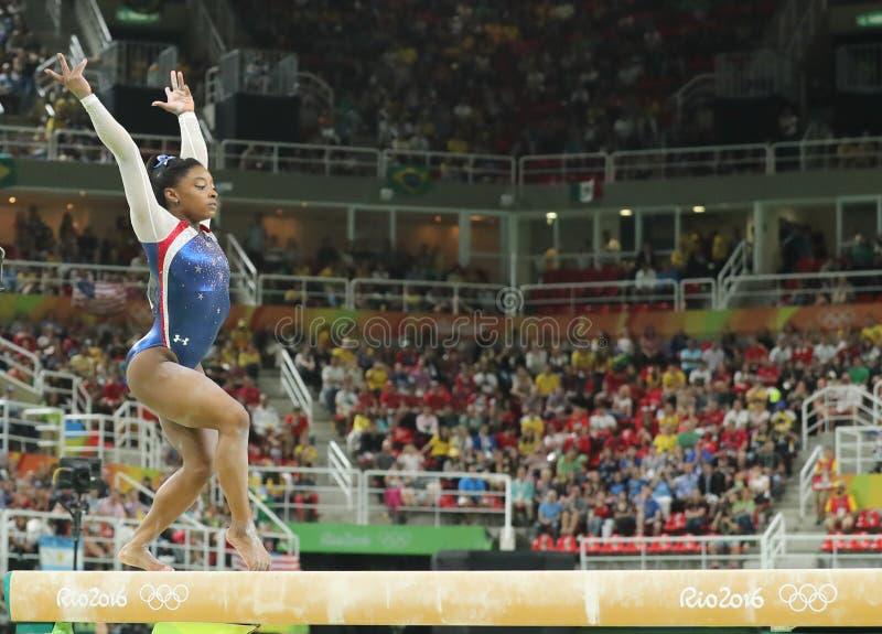 Campeão olímpico Simone Biles do Estados Unidos que compete no feixe de equilíbrio na ginástica total das mulheres no Rio 2016 imagem de stock royalty free