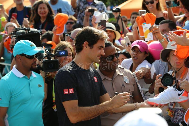 Campeão Roger Federer de Grand Slam de autógrafos dos sinais de Suíça após sua vitória no final 2019 aberto de Miami imagens de stock royalty free