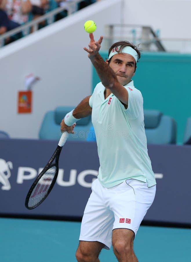 Campeão Roger Federer de Grand Slam de Suíça na ação durante seu círculo do fósforo 16 em Miami 2019 aberto fotos de stock royalty free