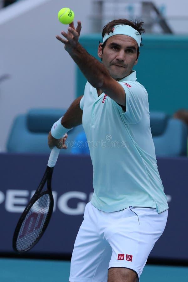 Campeão Roger Federer de Grand Slam de Suíça na ação durante seu círculo do fósforo 16 em Miami 2019 aberto foto de stock