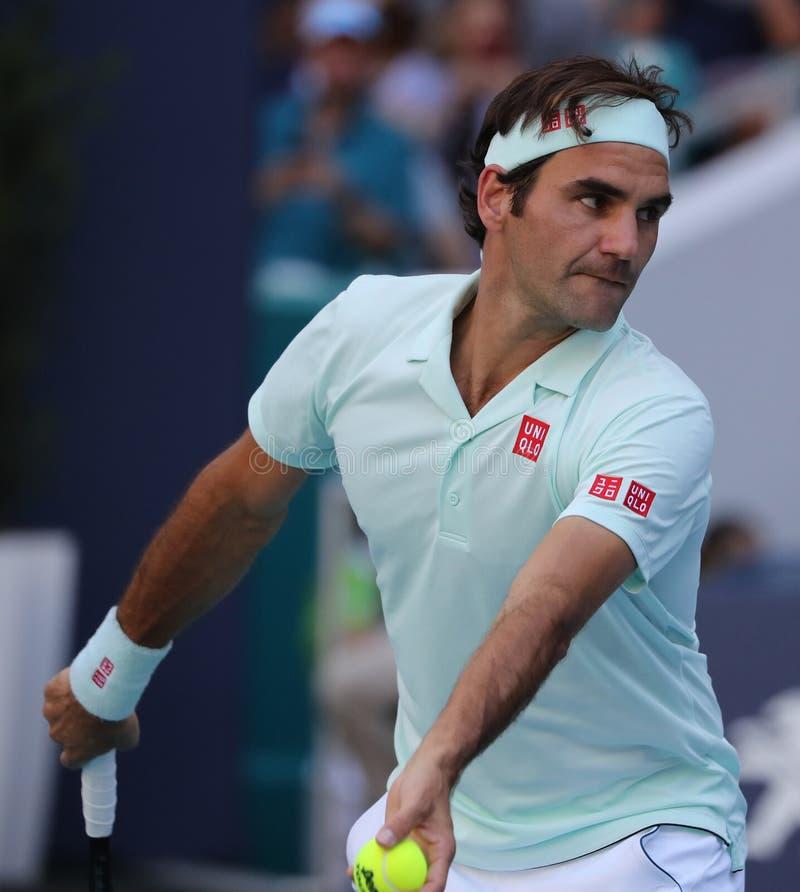 Campeão Roger Federer de Grand Slam de Suíça na ação durante seu círculo do fósforo 16 em Miami 2019 aberto imagem de stock