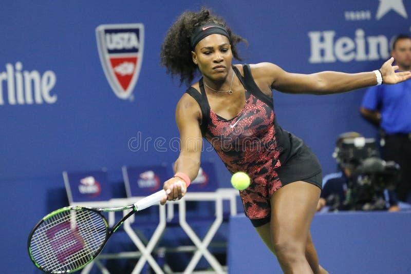 Campeão Serena Williams do grand slam de vinte um vezes na ação durante o primeiro fósforo do círculo no US Open 2015 imagens de stock