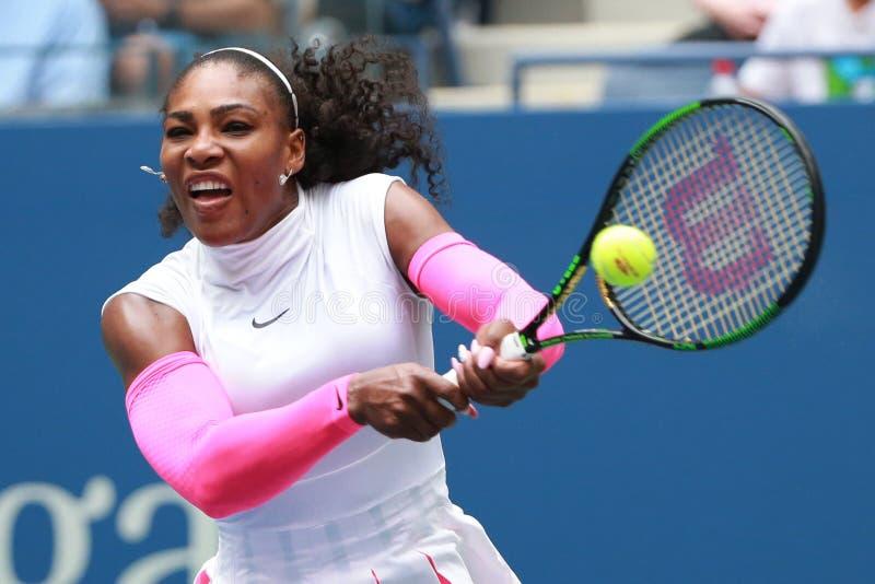 Campeão Serena Williams do grand slam do Estados Unidos na ação durante seu fósforo três redondo no US Open 2016 foto de stock