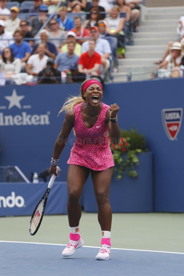 Campeão Serena Williams do grand slam durante o terceiro fósforo do círculo no US Open 2014 foto de stock