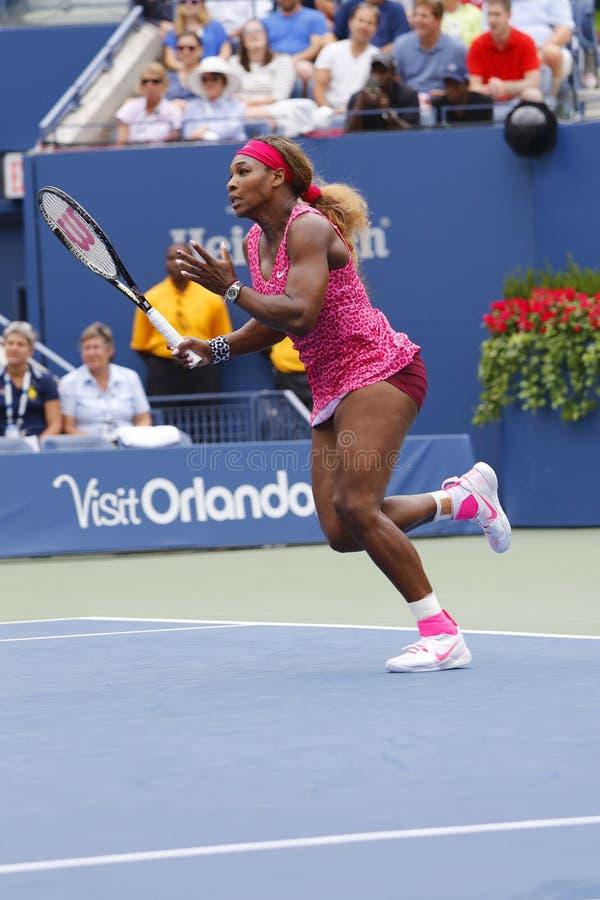 Campeão Serena Williams do grand slam durante o terceiro fósforo do círculo no US Open 2014 contra Varvara Lepchenko imagem de stock