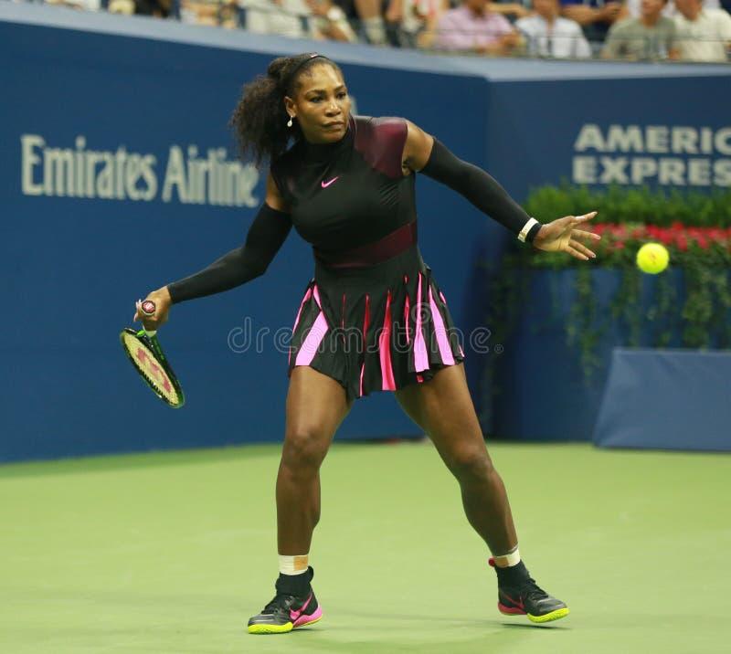 Campeão Serena Williams do grand slam na ação durante o primeiro fósforo do círculo no US Open 2016 fotos de stock royalty free
