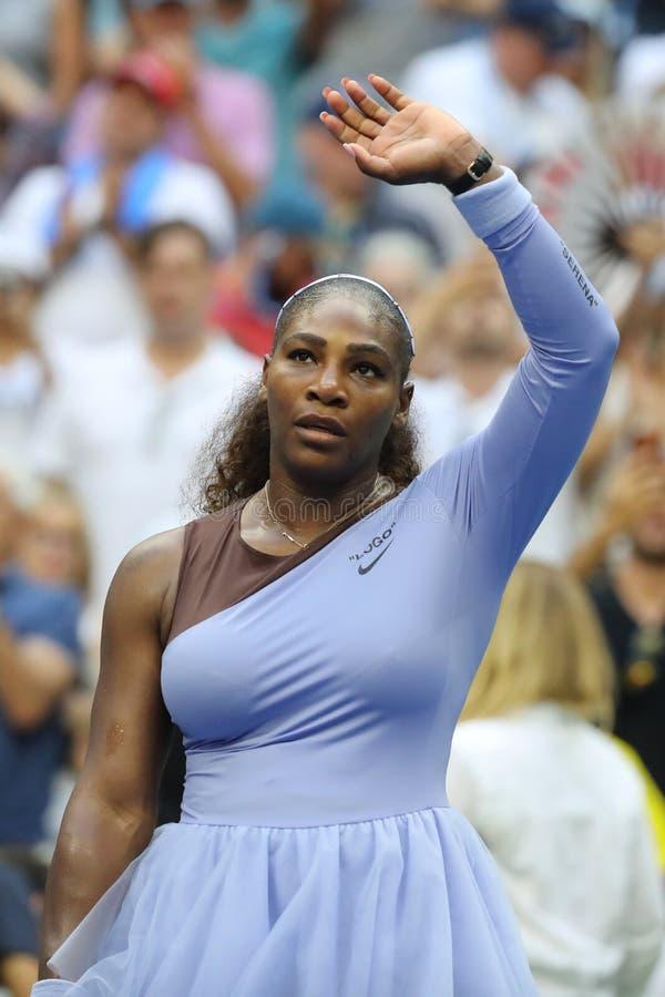 campeão Serena Williams do grand slam 23-time na ação durante seu círculo 2018 do US Open do fósforo 16 no centro nacional do tên imagens de stock royalty free