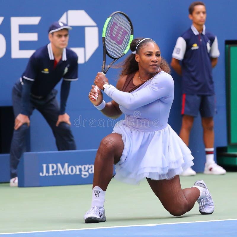 campeão Serena Williams do grand slam 23-time na ação durante seu círculo 2018 do US Open do fósforo 16 no centro nacional do tên fotos de stock