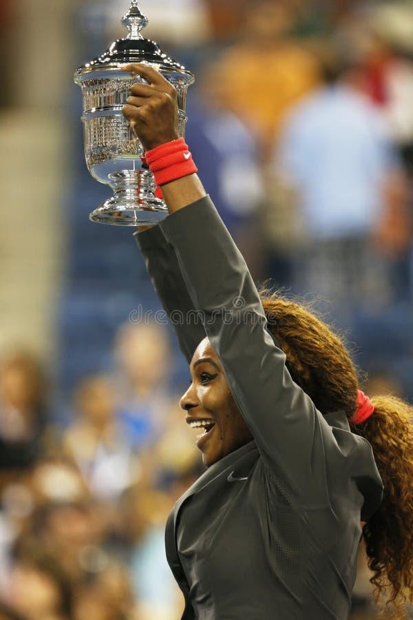Campeão Serena Williams do US Open 2013 que mantém o troféu do US Open após sua vitória do final contra Victoria Azarenka imagens de stock