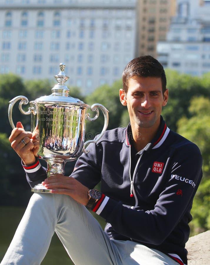 Campeón Novak Djokovic del Grand Slam de diez veces que presenta en Central Park con el trofeo del campeonato foto de archivo