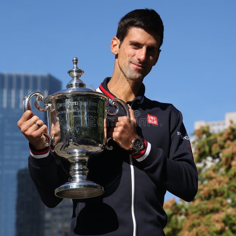 Campeón Novak Djokovic del Grand Slam de diez veces que presenta en Central Park con el trofeo del campeonato imagenes de archivo