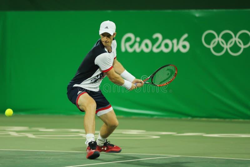 Campeón olímpico Andy Murray de Gran Bretaña en la acción durante partido de la ronda de dobles del ` s de los hombres el primer  foto de archivo
