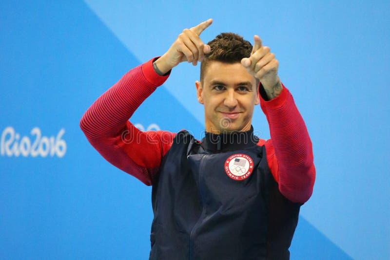 Campeón olímpico Anthony Ervin de Estados Unidos durante ceremonia de la medalla después del final del estilo libre del ` s los 5 imagen de archivo