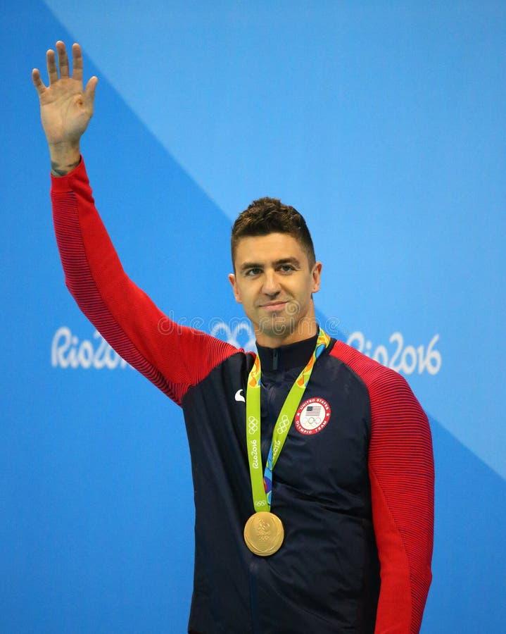 Campeón olímpico Anthony Ervin de Estados Unidos durante ceremonia de la medalla después del final del estilo libre del ` s los 5 fotografía de archivo libre de regalías