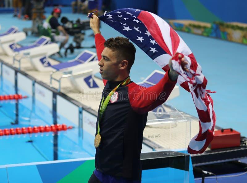 Campeón olímpico Anthony Ervin de Estados Unidos durante ceremonia de la medalla después del final del estilo libre del ` s los 5 fotos de archivo libres de regalías