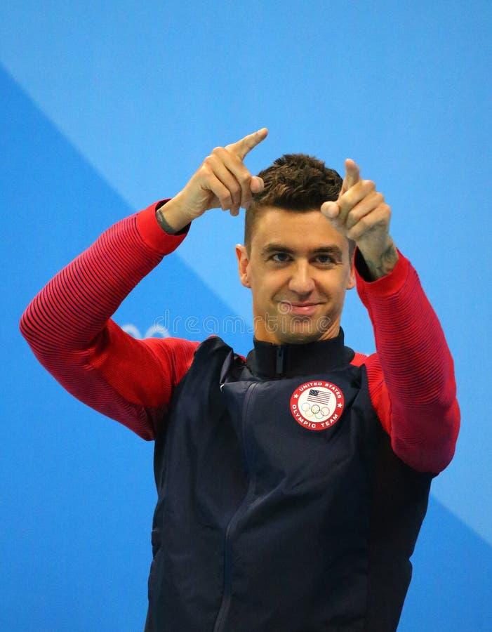 Campeón olímpico Anthony Ervin de Estados Unidos durante ceremonia de la medalla después del final del estilo libre del ` s los 5 foto de archivo