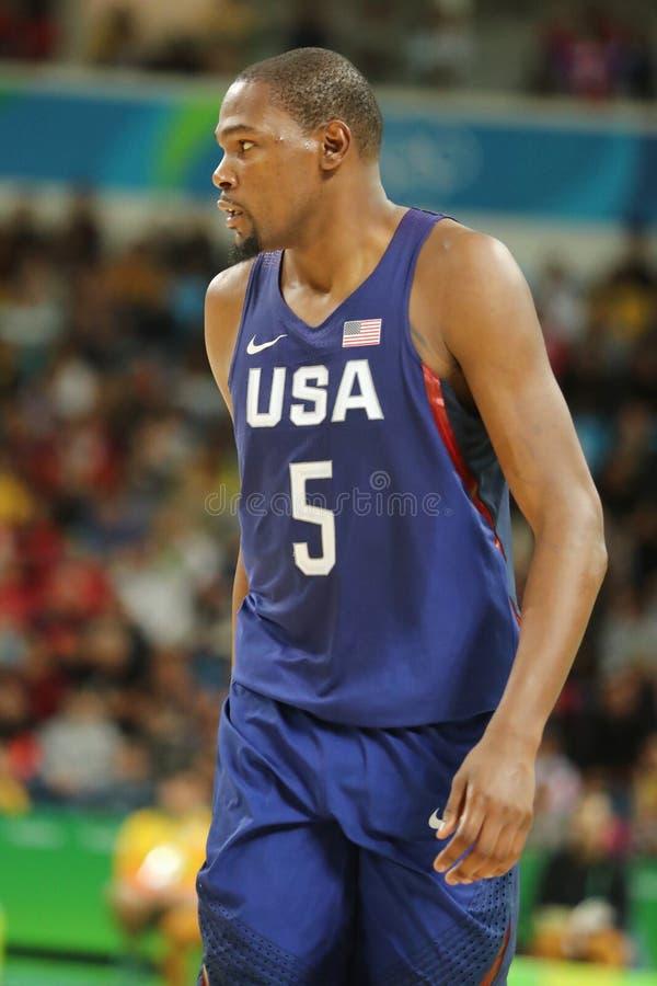 Campeón olímpico Kevin Durant del equipo los E.E.U.U. en la acción en el partido de baloncesto del grupo A entre el equipo los E. imagen de archivo
