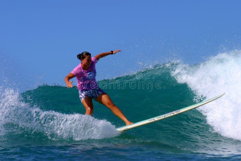Campeón que practica surf de las mujeres de Monahan de la alegría foto de archivo