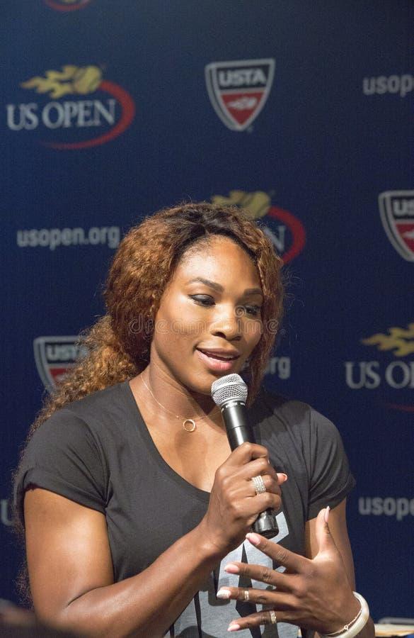 Campeón Serena Williams del Grand Slam de dieciséis veces en la ceremonia 2013 del drenaje del US Open
