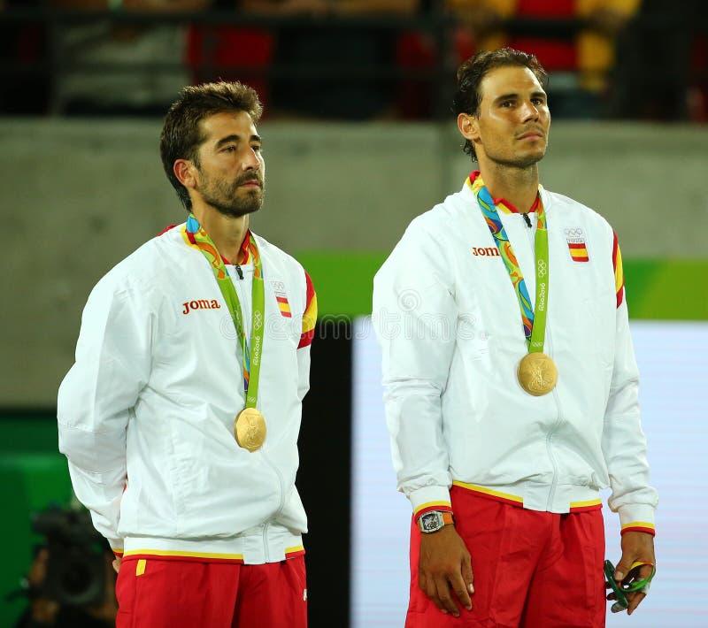 Campeões olímpicos Mark Lopez e Rafael Nadal da Espanha durante a cerimônia da medalha após a vitória nos dobros dos homens finai fotografia de stock