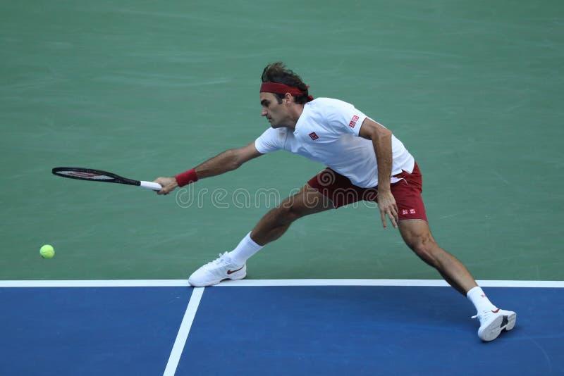 campe?n Roger Federer de 20-time Grand Slam de Suiza en la acci?n durante la ronda 2018 del US Open del partido 32 imagen de archivo
