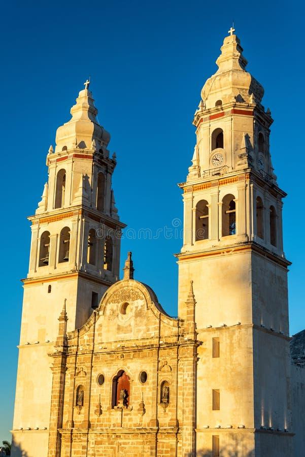 Campeche-Kathedralen-goldene Stunde stockbilder