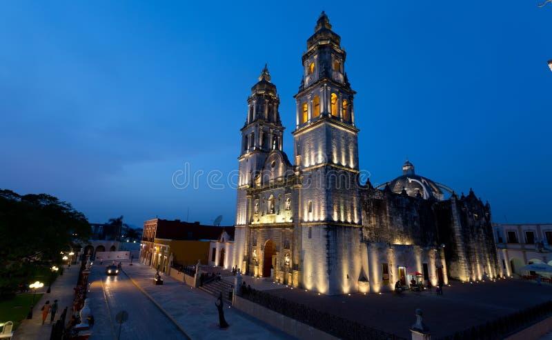 CAMPECHE, MÉXICO - JUNHO 30,2014: opinião da noite do quadrado principal e da catedral em Campeche imagens de stock royalty free