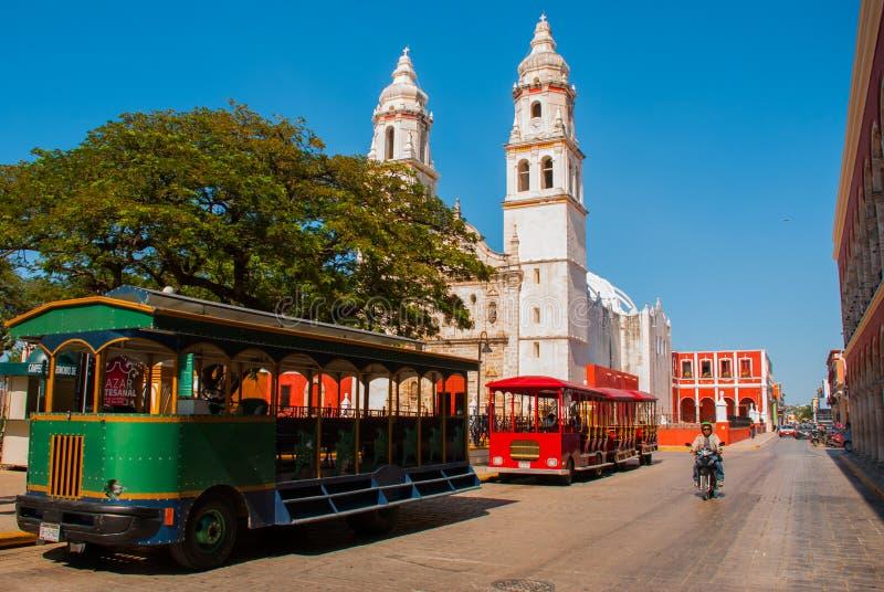 Campeche, México: Plaza da independência, trens do turista e catedral no lado oposto do quadrado Cidade velha de San Francisco d imagens de stock