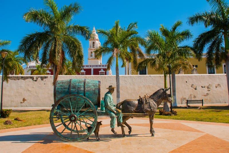 CAMPECHE, MEXICO: Standbeeld van een paard getrokken vervoer in San Francisco de Campeche Een mensenzitting in een wagen met een  stock afbeeldingen