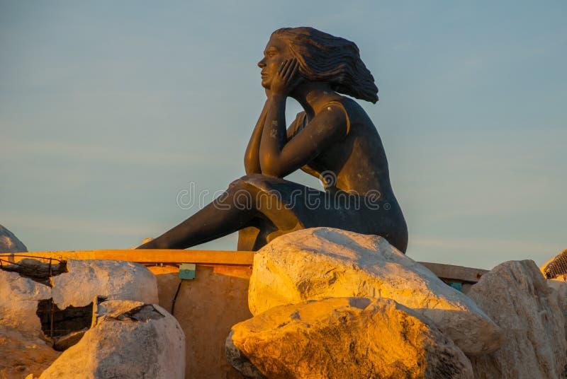 CAMPECHE, MEXIKO: Statue einer Frau, die auf den Felsen sitzt Skulptur auf der Ufergegend San Francisco de Campeche lizenzfreie stockfotos