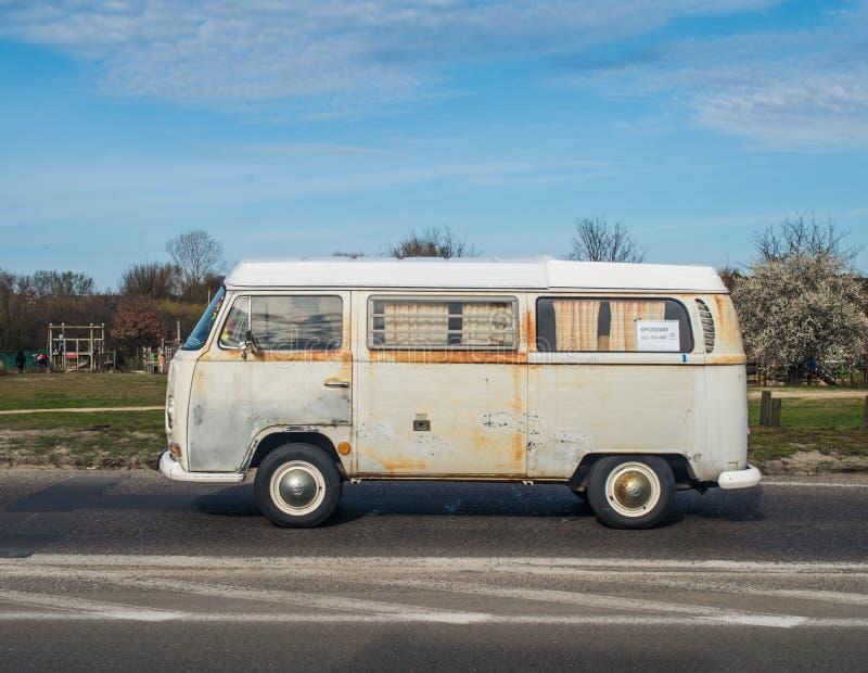 Campeggiatore arrugginito tedesco classico Volkswagen immagini stock