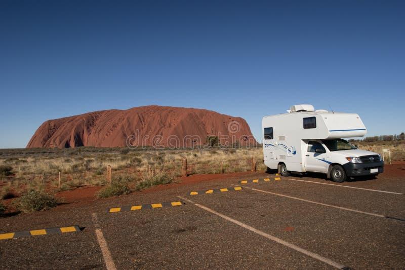 Campeggiatore e Uluru immagini stock
