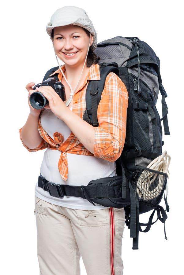 Campeggiatore felice in un aumento con uno zaino e una macchina fotografica fotografie stock