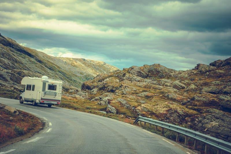 Campeggiatore sull'itinerario scenico immagini stock