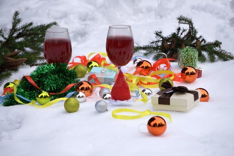 Campeggio del regalo di Natale coperto di prato sul nuovo anno e sul Natale immagine stock