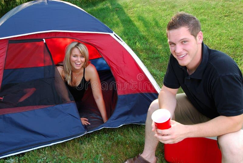 Campeggio della donna e dell'uomo fotografie stock