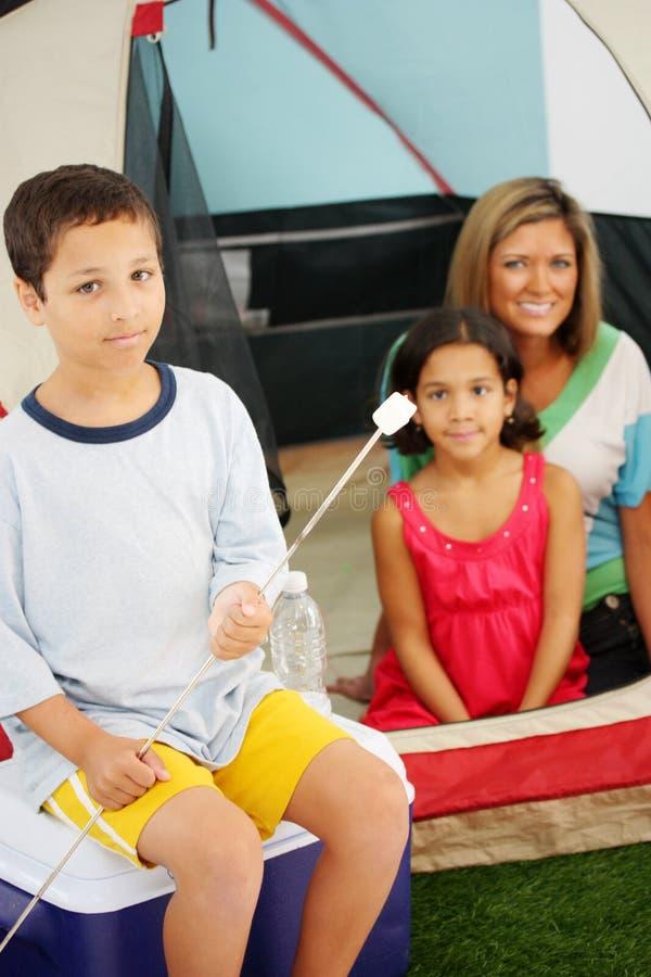 Campeggio della famiglia immagine stock