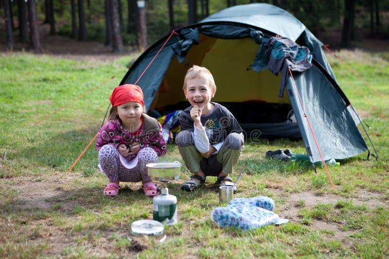 Campeggio della sorella e del fratello fotografia stock libera da diritti