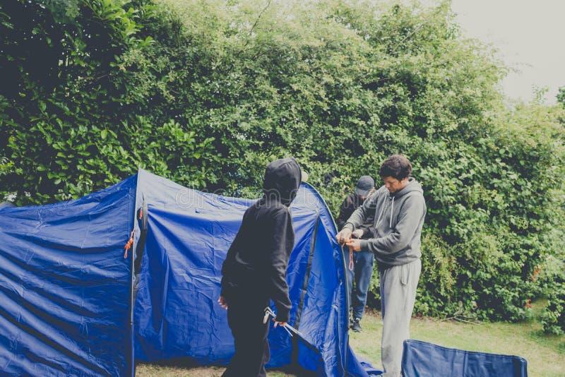Campeggio di lancio della tenda della famiglia immagini stock libere da diritti