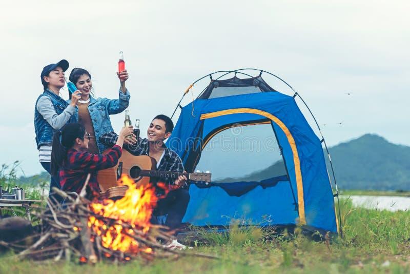 Campeggio di partito I viaggi di gruppo si divertono con le feste e le salsicce tostate rilassano durante le vacanze Campfire pre fotografia stock