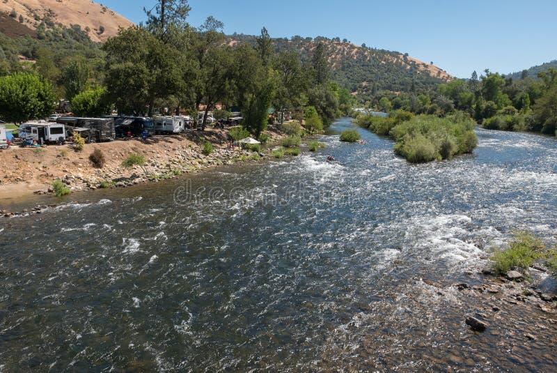 Campeggio e rafting sulla forchetta sud del fiume americano fotografia stock libera da diritti