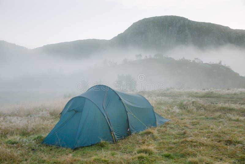 Campeggio selvaggio in montagne della Norvegia fotografie stock